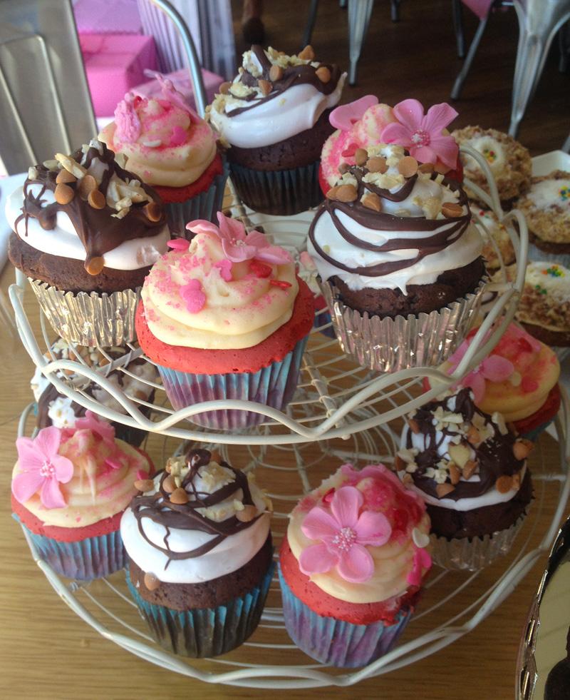 pink-velvet-cupcakes-chocolate-caramle-sweetiepie-meringue